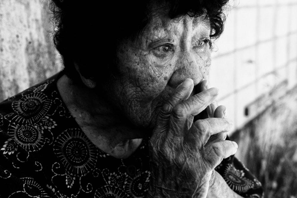 戦争を理解するために:亀山亮が向き合う沖縄の戦争と記憶 | 2020年、沖縄県、渡嘉敷島。阿波連出身の大城静子さんは集団自決の最中に首の付け根を激しく叩かれたが死んだ真似をして生き残った。