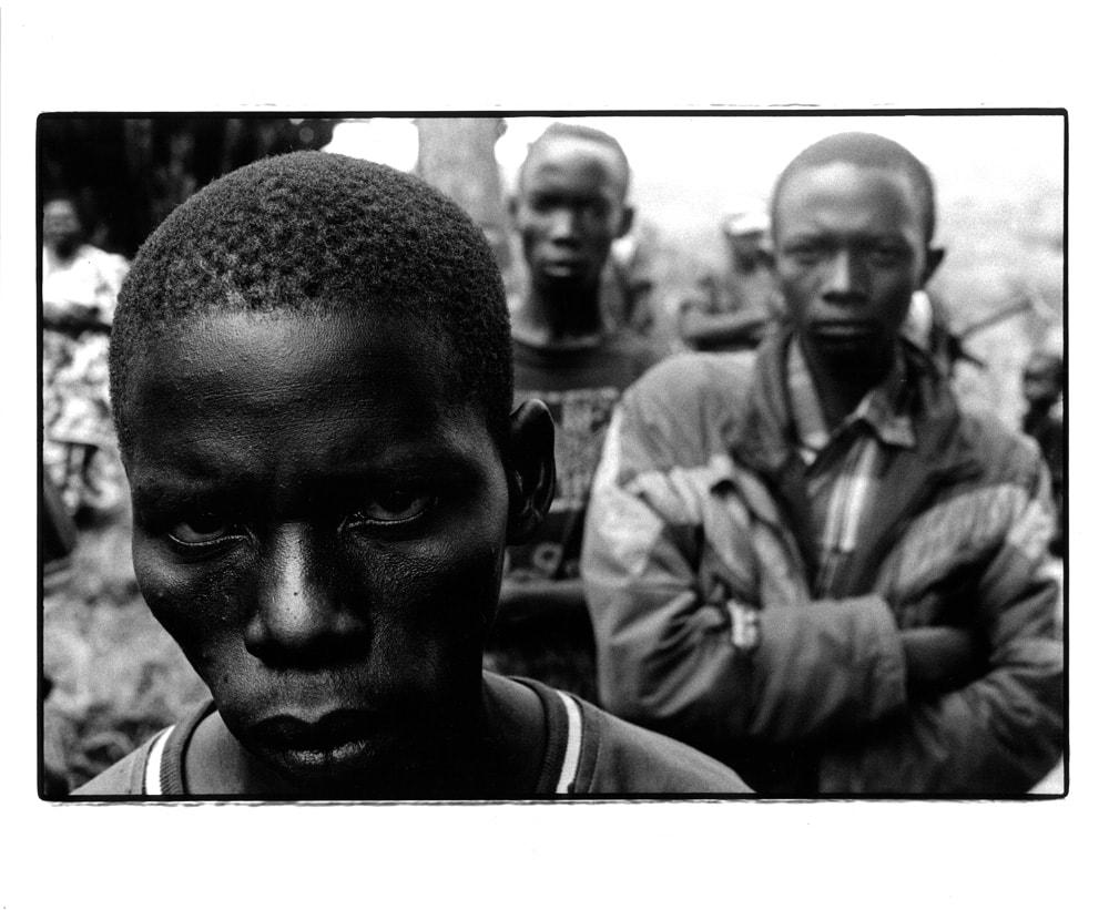 2005年、コンゴ民主共和国イツリ州。食料がなくなり政府軍に投降した武装民兵たち。彼らの多くは政府軍に再編入される。