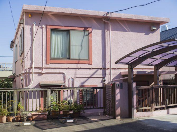 ピンク色の壁面と濃いピンク色の窓枠を持つ家   2021   ©︎ Motohiko Hasui