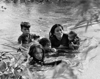 澤田教一、《安全への逃避》、ビンディン省ロクチュアン、1965年