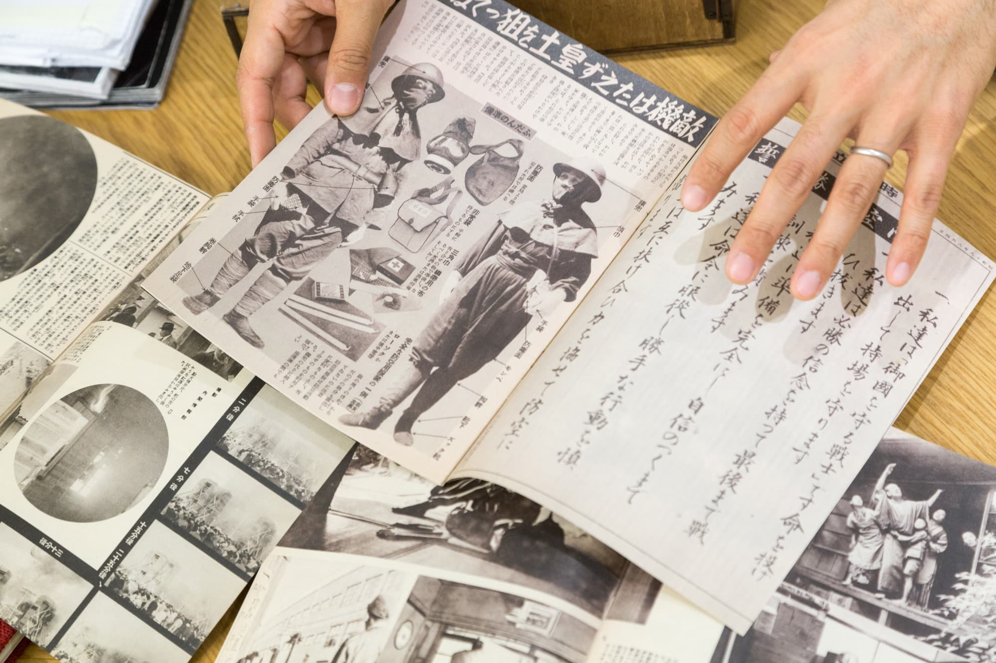 『Silent Histories』に挟み込まれている『写真週報』のレプリカの中ページ。