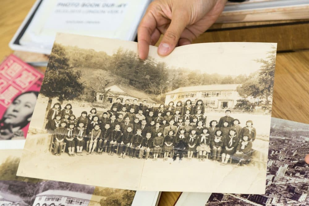 『Silent Histories』に挟み込まれている集合写真。前列右から6番目の女の子の足元が黒く塗りつぶされている。