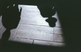 光の欠落が地面に届くとき 距離が奪われ距離が生まれる