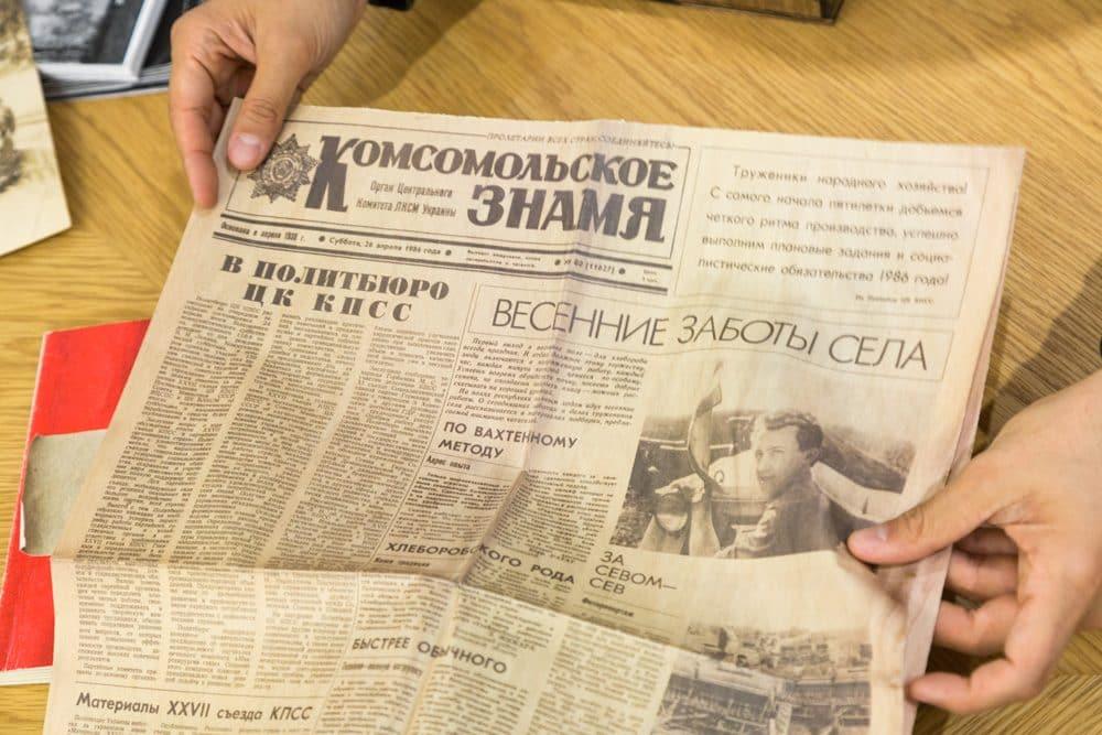 『Exposure』に収められた古い新聞の複製。