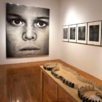 アメリカで斬新なポートレイト写真を追求してきた小原健の個展