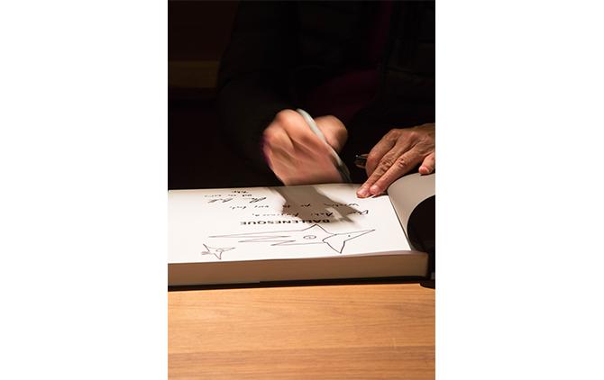 写真集にサインをするときはかならず、鳥かネズミの絵を描くという。